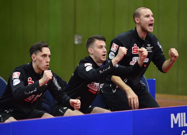 Dennis Klein, Deni Kožul, Ewout Oostwouder auf der Bank