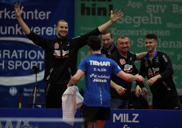 Ewout Oostwouder, Robin Devos, Miro Broda und Deni Kožul empfangen Dennis Klein nach dem Sieg